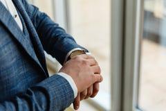 Geschäftsmann in einer grauen Jacke justiert die Ärmel Vervollkommnen Sie zum letzten Detail Moderner Geschäftsmann Mode geschoss Lizenzfreie Stockfotografie