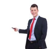 Geschäftsmann in einer Klage zeigend mit einer Feder Stockfotos