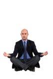Geschäftsmann in einer Yogastellung stockbild