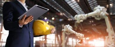 Geschäftsmann in einer zukünftigen Baustelle, Ingenieur, der Tablette verwendet lizenzfreies stockfoto