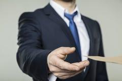 Geschäftsmann empfing einen Umschlag mit einem Bestechungsgeld Stockfoto