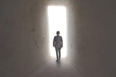 Geschäftsmann entlang einer Methode zum Erfolg lizenzfreies stockbild