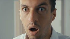 Geschäftsmann entsetzt und überrascht Ein Mann in den Überraschungstriebgläsern und Blicke auf die Kamera in der Überraschung stock footage