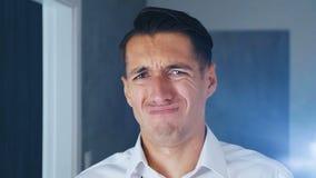 Geschäftsmann entsetzt und geekelt Verwirrter Mann in der Überraschung setzt weg Gläser und Blicke an der Kamera in Überraschung, stock video