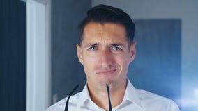 Geschäftsmann entsetzt und geekelt Verwirrter Mann in der Überraschung setzt weg Gläser und Blicke an der Kamera in Überraschung, stock footage