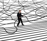 Geschäftsmann entwirrt Kabel Lizenzfreie Stockfotografie