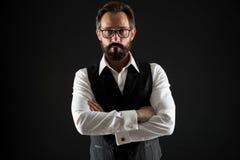Geschäftsmann-Erfolgstipps Überzeugt und erfolgreich Halten klassische formale Kleidungsbrillen des Geschäftsmannes Hände gekreuz lizenzfreie stockfotografie