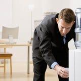 Geschäftsmann erhält Wasser vom Wasserkühler stockfotos