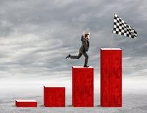 Geschäftsmann erreicht Ruhm auf einer statistischen Skala Stockfoto