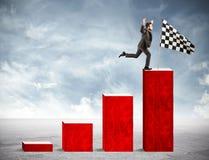 Geschäftsmann erreicht Ruhm auf einer statistischen Skala Stockfotografie