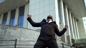 Geschäftsmann extrem glücklich über Abkommen, glücklichen Büroangestellten, der Erfolg feiert stockfotos