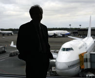 Geschäftsmann am Flughafen lizenzfreie stockfotos