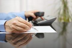 Geschäftsmann fordert Rat, wenn er Vertrag liest Lizenzfreies Stockbild