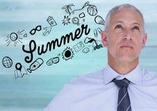 Geschäftsmann gegen Sommergekritzel und undeutliche Purpleheartplatte Lizenzfreie Stockbilder