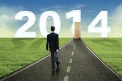 Geschäftsmann geht in die Zukunft im Jahre 2014 Stockfotografie