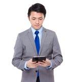 Geschäftsmann gelesen auf digitaler Tablette lizenzfreie stockfotografie