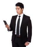 Geschäftsmann gelesen am Handy stockfotos