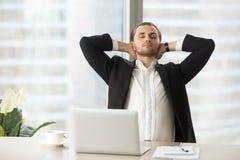 Geschäftsmann genießt Bruch nach der guten erledigten Arbeit stockfotografie