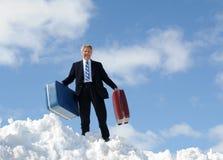 Geschäftsmann, Gepäck und Schnee Stockfotos