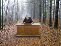 Geschäftsmann, Geschäftslokal im Holz, gehendes Grün Lizenzfreie Stockbilder