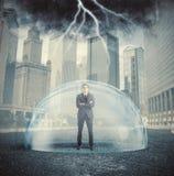 Geschäftsmann geschützt vor der Krise Lizenzfreie Stockfotos