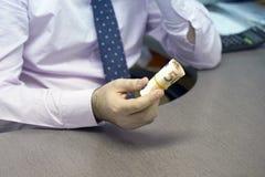 Geschäftsmann gibt ein Bestechungsgeld stockfoto