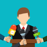 Geschäftsmann gibt ein Reporterinterview Mikrophone getrennt auf weißem Hintergrund Liver Lizenzfreies Stockbild