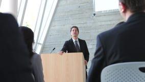 Geschäftsmann-Giving Presentation At-Konferenz stock video footage