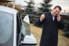 Geschäftsmann glücklich mit einem guten Lizenzfreies Stockfoto