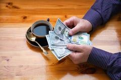Geschäftsmann glaubt Bezeichnung Banknoten US-Dollars $ 100 Lizenzfreie Stockfotos