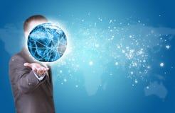 Geschäftsmann-Griff Erde in der Hand Weltkarte wie Lizenzfreies Stockfoto