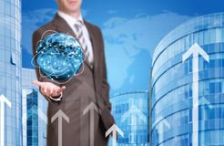 Geschäftsmann-Griff Erde Neues Haus und Welt wie Stockfotos