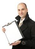 Geschäftsmann hält ein Blatt des unbelegten Papiers an Stockbild