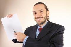 Geschäftsmann hält ein leeres Weiß an Lizenzfreie Stockfotos