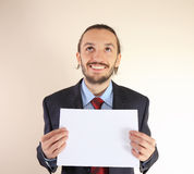Geschäftsmann hält eine leere weiße Karte an Stockfotos