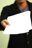 Geschäftsmann hält Papier mit Kopienraum Stockfoto