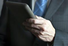 Geschäftsmann hält Tablette-Computer an Lizenzfreies Stockfoto