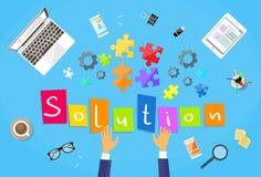 Geschäftsmann-Hände, die Puzzlespiel-Schreibtisch-Lösung machen lizenzfreie abbildung
