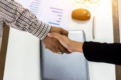 Geschäftsmann Händeschütteln-Geschäftsfrauen lizenzfreies stockbild