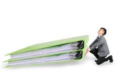 Geschäftsmann haben großes Ordnerdokument im hart arbeitend Konzept stockfotografie
