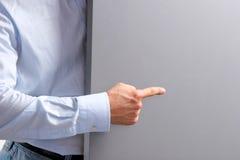 Geschäftsmann halten leer auf weißem Hintergrund stockbild