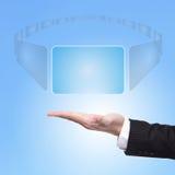 Geschäftsmann-Handauserlesener virtueller Bildschirm Stockfoto