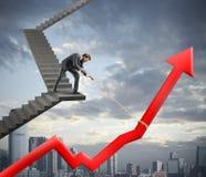 Geschäftsmann hilft Firmenstatistik Stockbild