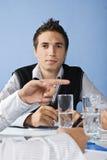 Geschäftsmann hinter einer Zeigehand Stockfotos