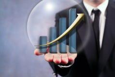 Geschäftsmann Holding Bar Graph Lizenzfreies Stockfoto