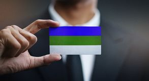 Geschäftsmann Holding Card der Komi-Republik-Flagge stockfotografie