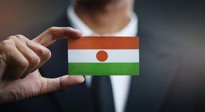 Geschäftsmann-Holding Card Nigeria-Flagge stockfotografie
