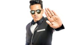 Geschäftsmann Holding Hand Out als Stoppschild Stockbild