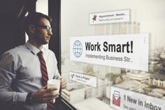 Geschäftsmann-Holding-Kaffee Denken entspannen sich Konzept lizenzfreies stockbild