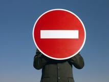 Geschäftsmann Holding 'kein Eintritt' unterzeichnen herein Front Of Face Stockbild